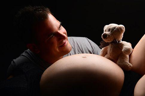 Schwangerschaftsfotoshooting-mit-Partner Babybauch-Fotostudio-Köln