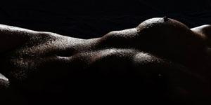 Nasse Körper und prickelnde Erotik bei der Aktfotografie mit Wassertropfen. Das Spiel mit Licht und Schatten sorgt für atemberaubende Fotos.